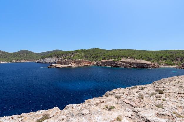 Морской пейзаж побережья острова ибица, испания