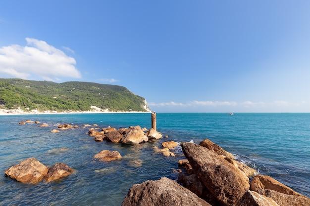 Морской пейзаж у побережья ривьеры дель конеро. сироло, италия