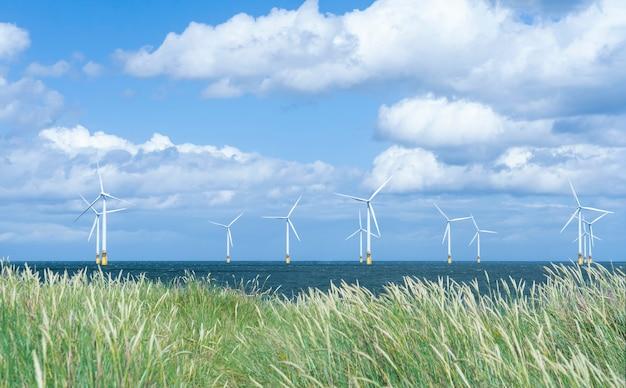 イギリスのミドルスブラに浮かぶ風車タービンの海景行