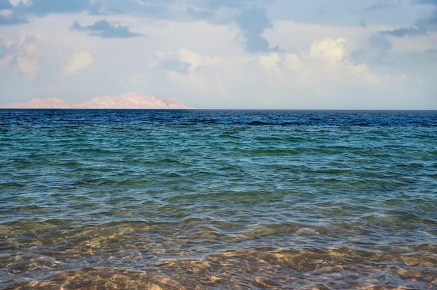 다양한 색상과 음영의 바다 경치. 청록색에서 파란색으로
