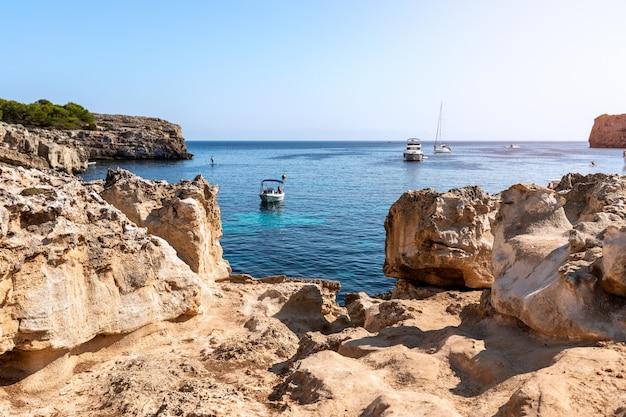 Морской вид на знаменитую бухту cala turqueta. менорка, балеарские острова, испания