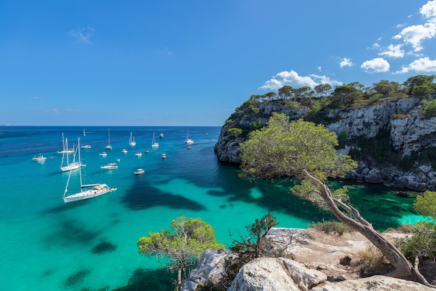 Морской пейзаж с видом на самую красивую бухту кала макарелла на острове менорка, балеарские острова, испания