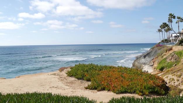 米国カリフォルニア海岸カールスバッドの海景の視点。海の波の上から、急な崖。