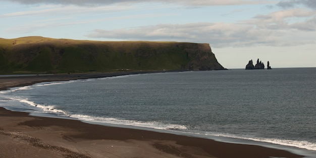 海景、砂の海岸を裂く波