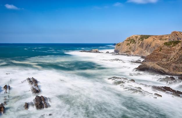 海の波は海岸を侵食します。ポルトガル。アルガルヴェ。