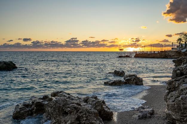 岩と木々のある海の景色。