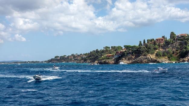 青い地中海を横断する高速船の海景