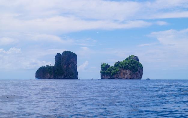 遠くに絵のように美しい岩が見える海景。タイのクラビのアンダマン海地方。