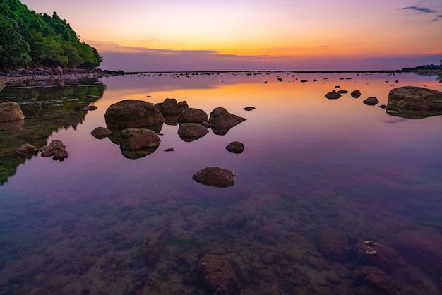 夕日の岩と海の風景。海の上の美しい日の出または日没の海景風景