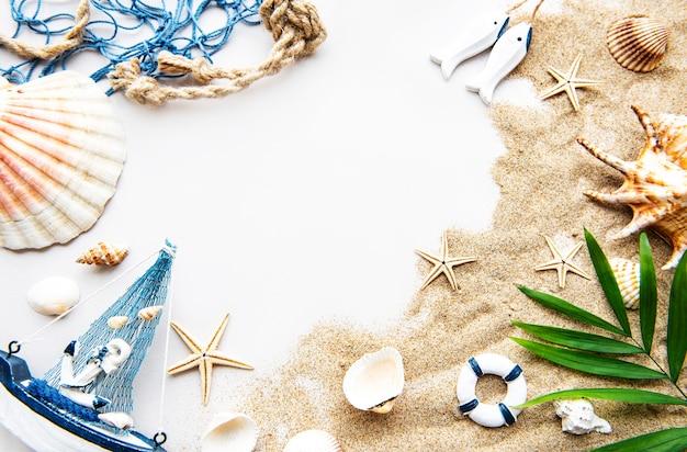 모래에 조개. 텍스트에 대 한 공간을 가진 바다 여름 휴가 배경.