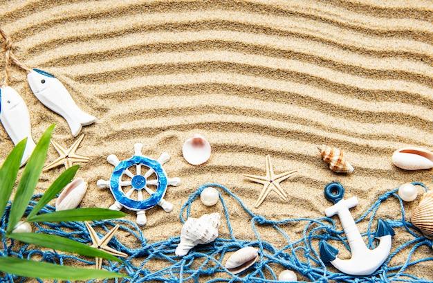 모래에 조개. 텍스트에 대 한 공간을 가진 바다 여름 휴가 표면. 평면도