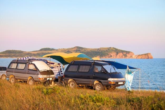 2台の古いバンでの海岸キャンプ