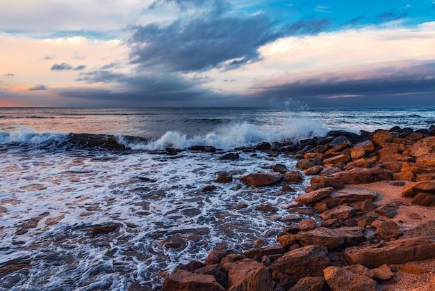 절벽이 있는 해변, 바위에 부서지는 파도