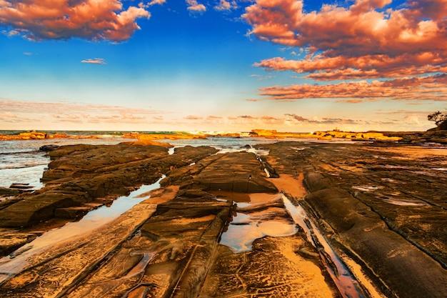 Riva del mare con il mare al tramonto