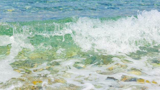 泡のある海の波のある海岸