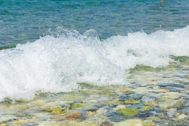 Берег моря с морской волной с пеной