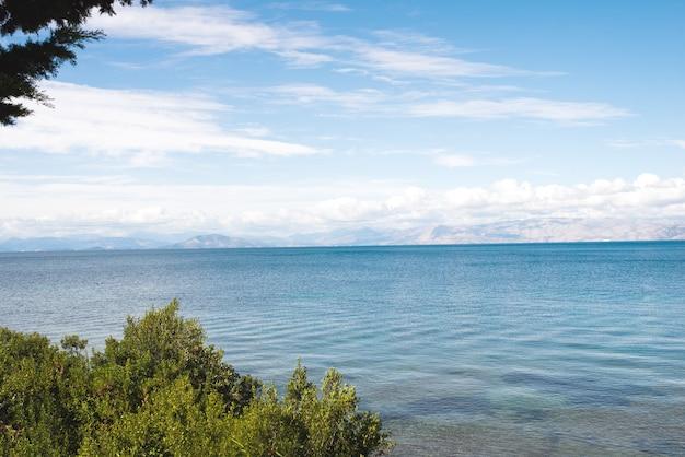 Побережье на острове корфу, греция.