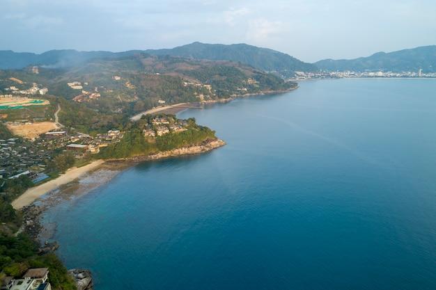 Воздушный беспилотник с высоты птичьего полета фото современной виллы на горе seaside resort