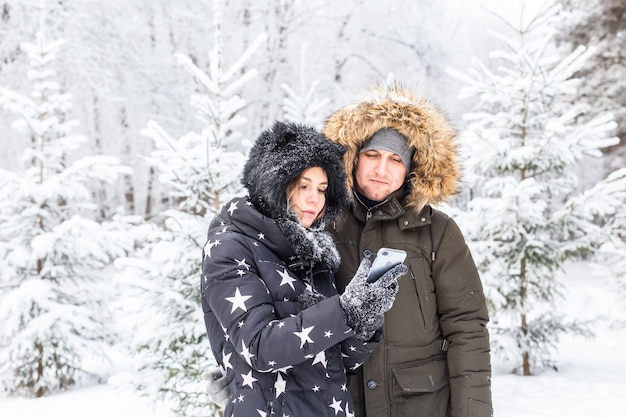 季節と関係の概念-冬の時間に自分撮りをしている面白いカップル