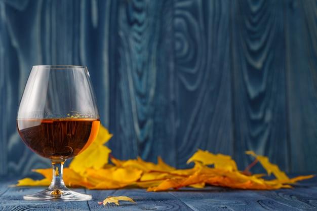 Сезонный алкоголь на синем столе с листьями