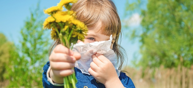 Сезонная аллергия у ребенка. насморк. выборочный фокус.