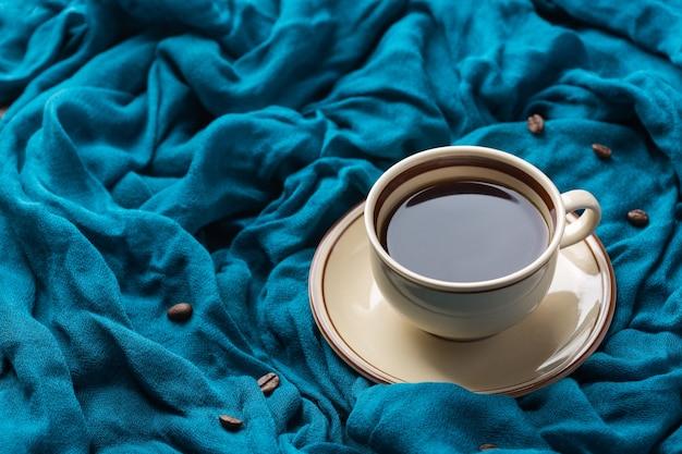 一杯のコーヒーと季節の秋の構成