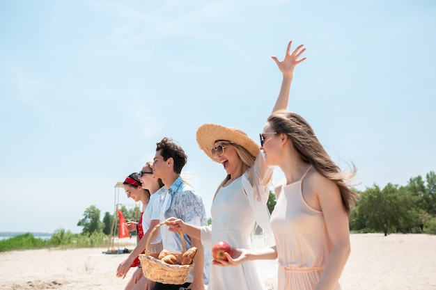 해변 리조트에서 계절의 향연. 축하 친구의 그룹
