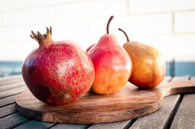 Сезонные фрукты гранаты яблоки и груши