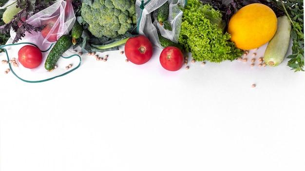 계절 과일과 야채에 흰색입니다. 시장에서 생 유기농 신선한 음식. 낭비없는 쇼핑. 재사용 가능한 식료품 백