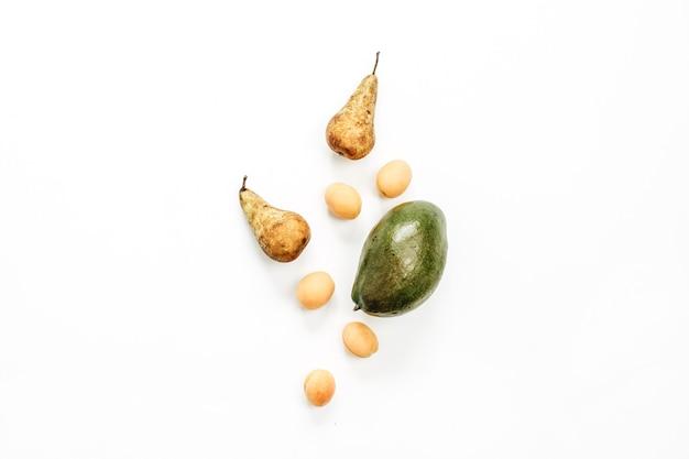 季節のフルーツ:白い表面にマンゴー、ナシ、アプリコット