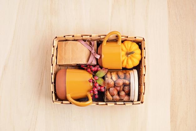 クッキー付きのカップ、紅茶またはコーヒーのパッケージが入った季節のギフトボックス
