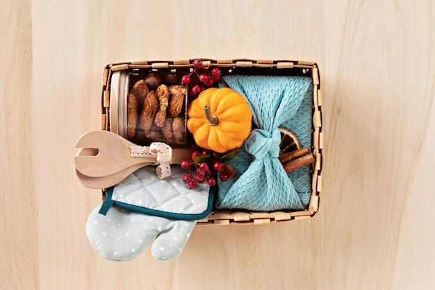 Сезонная подарочная коробка с кухонной утварью, коробкой фуросики и печеньем на день благодарения