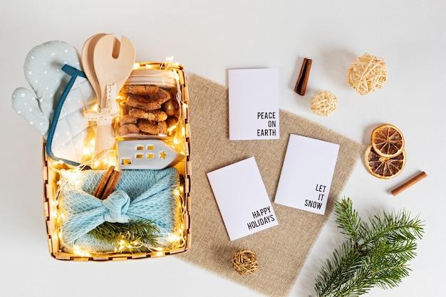 Сезонная подарочная коробка с кухонной утварью, коробкой фуросики и печеньем