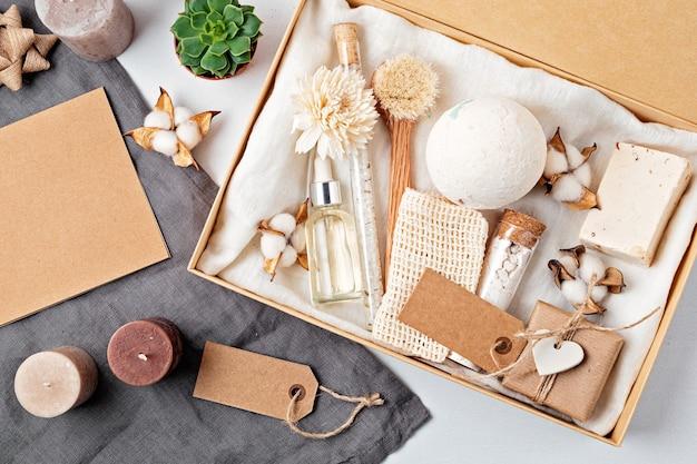 プラスチックフリーのゼロウェイスト化粧品が入った季節のギフトボックス