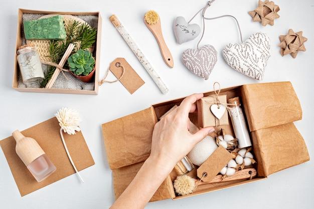 Сезонная подарочная коробка с косметическими продуктами без пластиковых отходов