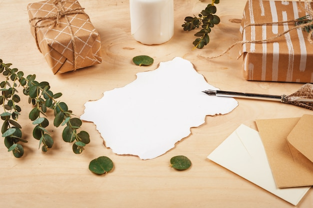 나무 표면에 빈티지 깃털 퀼 펜으로 계절 편지