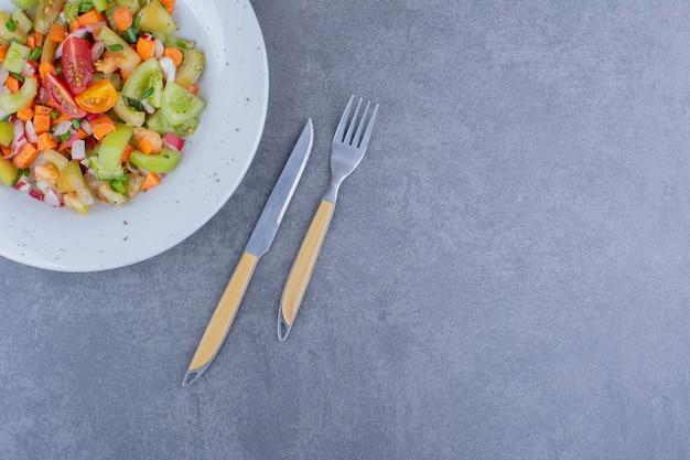 Сезонный овощной салат в тарелке
