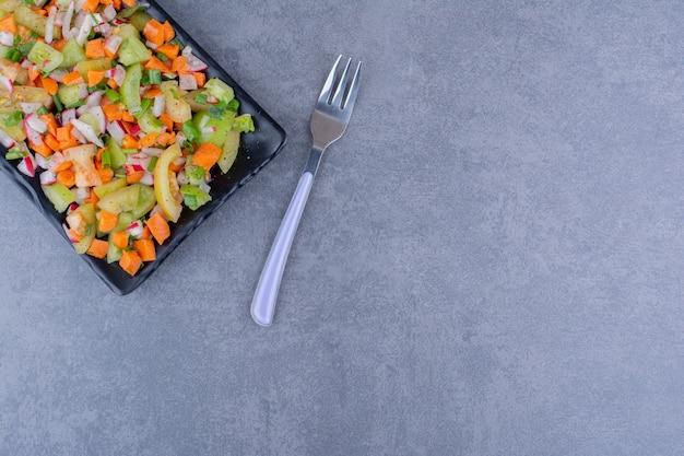 Сезонный овощной салат на блюде