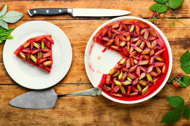ルバーブの茎とラズベリーの季節のパイまたはケーキ。夏の甘いデザート。