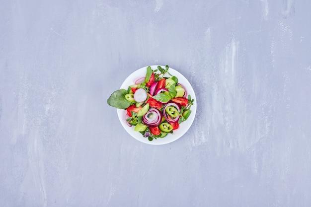 ハーブと野菜の季節のサラダ。