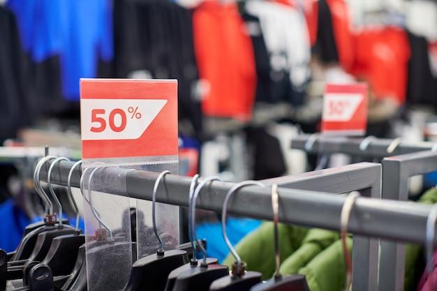 Сезонная распродажа 50%, праздничные скидки в тц, черная пятница. новогодняя распродажа в европейском торговом центре. рождественские акции в магазине одежды. спортивная одежда и одежда