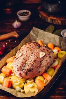 Куриная грудка, приправленная морковью и картофелем, готова к запеканию в духовке