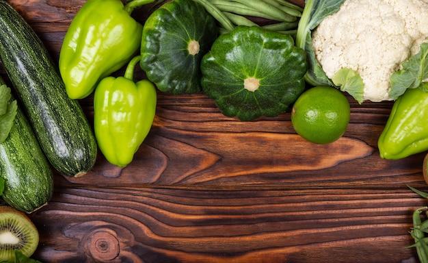 健康的な夏野菜を刻印する場所のある調味料フレーム