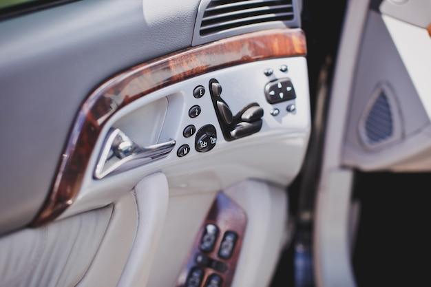 Регулировка сиденья на старом роскошном автомобиле