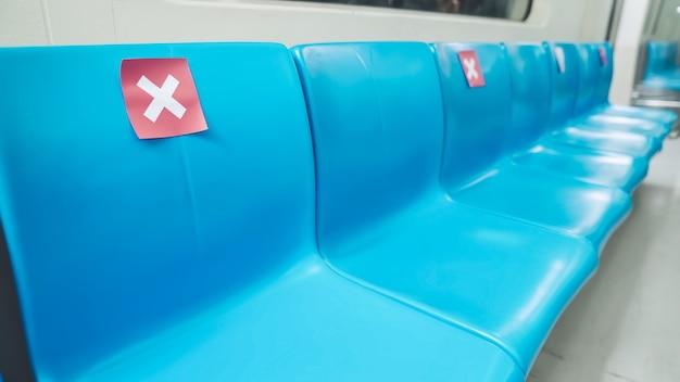 Место на публике в подземном метро с знаками социального дистанцирования