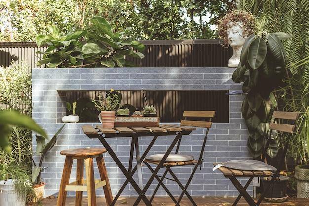 Сиденья в саду кафе