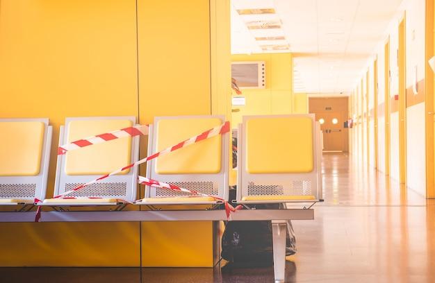 Места в зале ожидания государственной больницы с инструкциями по сохранению социальной дистанции и предотвращению заражения коронавирусом.