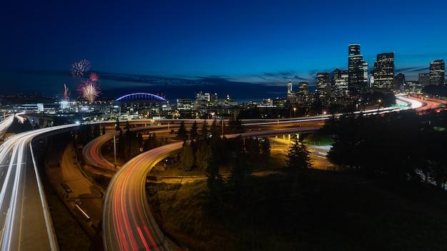 夜ワシントンでシアトルのスカイライン花火