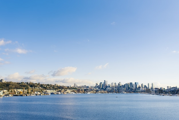 シアトル。ダウンタウンと湾の眺め
