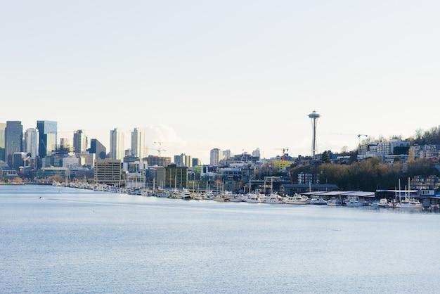 シアトル。ダウンタウン、スペースニードル、ベイの景色